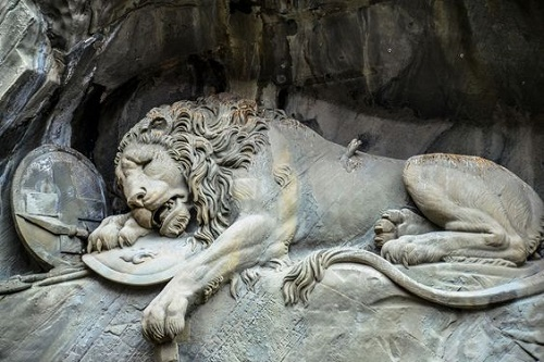 The-dying-Lion-rock-relief-in-Lucerne-Switzerland-4